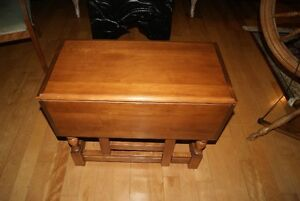 Beautiful antique style solid wood dropleaf coffee or end table