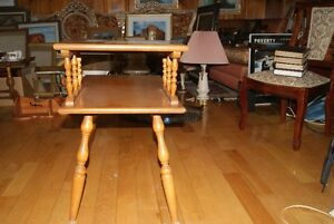 Beautiful vintage solid wood two-tier accent table West Island Greater Montréal image 5