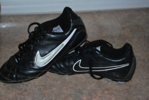 Nike soccer cleates size 4