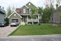 Beau cottage 2010 avec garage et grande cour.