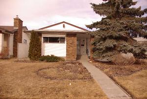 3 bdrm & 2 dens house - North Edmonton Castledowns
