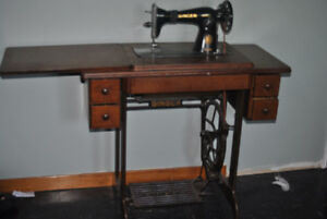 1955 Singer Sewing machine. Excellent condition