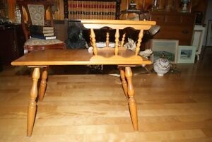 Beautiful vintage solid wood two-tier accent table West Island Greater Montréal image 2