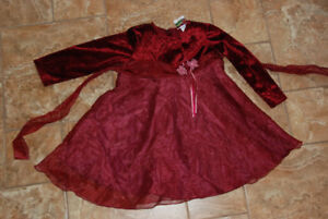 Cute holiday red dress size 4 / Robe pour les fêtes