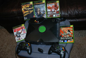 Xbox w/5 games 2 controlers