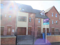 En suite double available in house share