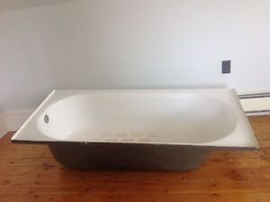 Older bath tub 5ft by 30 inches looks to be in good shape FREE