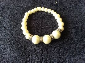Single stranded faux pearl bracelet