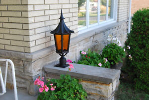 2 GROS LAMPADAIRES STYLE COLONIAL.  -