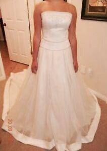 Paloma Blanca size 10 sample wedding dress - never worn