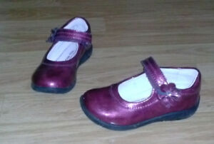 Toddler girl size 9 Sride Rite 100% patent leather shoes.