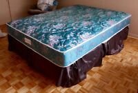 Luxury Queen bed - like New / delivery !