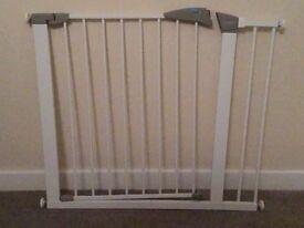 Lindam Sure Shut Axis Stairgate plus Lindam 14cm Universal Extension, White