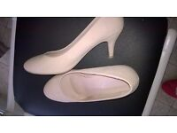 Heeled ladies shoes size 6