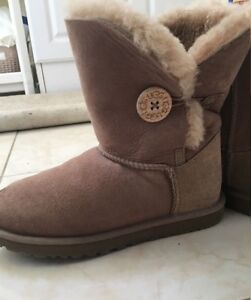 Authentic - women Ugg boots - new condition