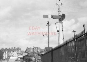 PHOTO  FORMER BARRY RAILWAY SOMERSAULT SIGNAL AT BARRY ISLAND STATION. 29/8/58