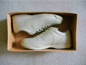 Ladies Leather Walking Shoes - 8.5 W
