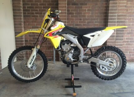 2009 SUZUKI RMX 450Z with riding gear