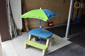 Table de pique-nique avec parasol