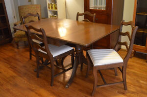 Beautiful Duncan Phyfe dining table with four chairs