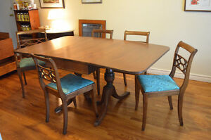 Lovely Solid Wood Duncan Phyfe Table/5 Chairs