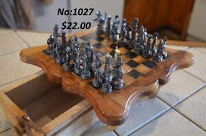 Jeu d'échecs en bois et figurines en métal