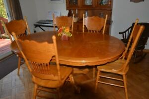 Oak, Pedestal, Dining Room Table with 5 Pressed Back Chairs