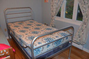 Single bed frame with boxspring / lit simple avec sommier