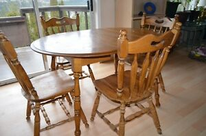 OAK DINNING TABLE AND 4 CHAIRS