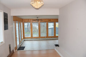 Close to everything 3 Bedroom flat with Sunroom & Parking
