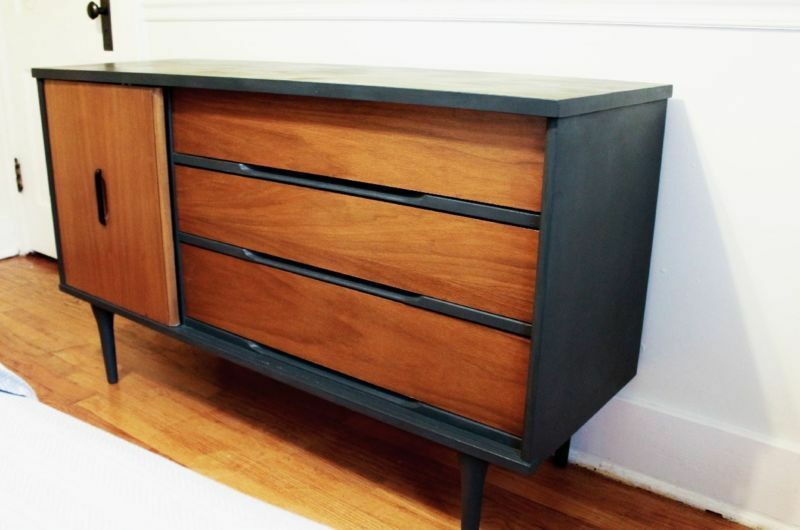 Dark grey paint emphasizes the lines on this Mid-Century credenza. (Image: AD Aesthetic via Flippin' Fab Furniture)