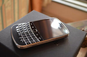 Excellent condition phone Blackberry Bold 9900 with box!