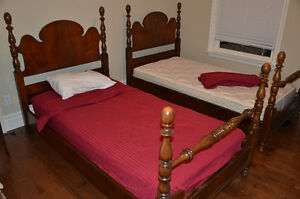SET OF TWIN BEDS>>>WITH MATTRESSES & BEDDING