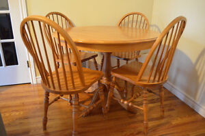 Solid Maple Dining Table w 4 Chair & Leaf Insert!!