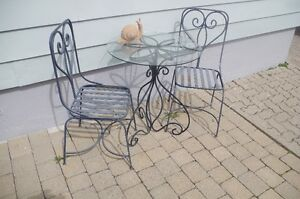 Table et 2 chaise en fer forgé