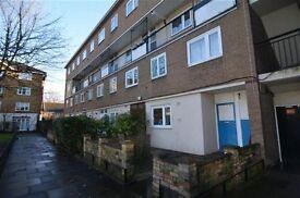 4 bedroom flat in Swanton Gardens, Southfields, SW1