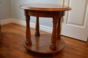 Gorgeous Solid Oak Round Coffee/End Table-Excellent Condition!!