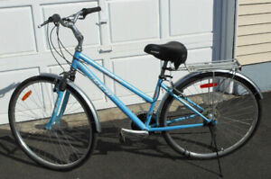 vélo de marque CCM 18 vitesses  comme neuf