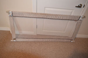 EXTENDABLE BABY GATE - LIKE NEW
