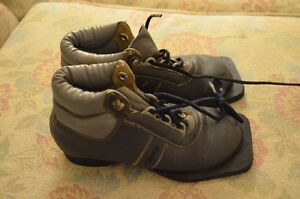 Reduced!  Child's cross country 3 pin ski boots $15 in Riverbend