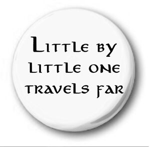 LITTLE-BY-LITTLE-ONE-TRAVELS-FAR-1-inch-25mm-Button-Badge-Hobbit-Tolkien