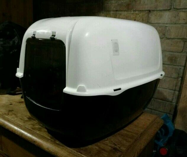 Hooded cat litter tray