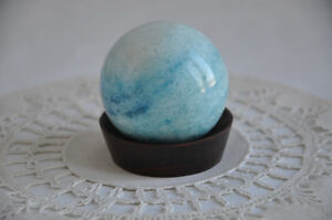 BOULE EN PIERRE BLEU-VERT BLUE GREEN STONE BALL ON STAND