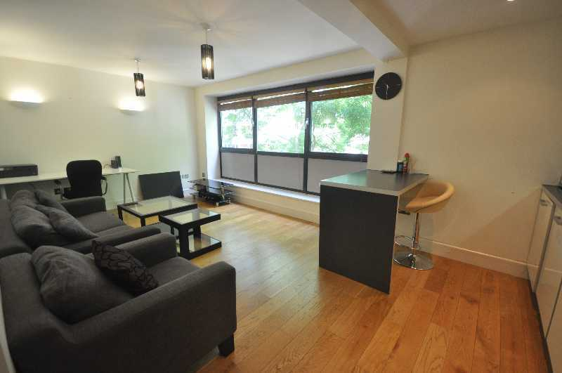 *Fantastic 1 double bedroom flat located near UCL open plan lounge kitchen wood flooring & more..*