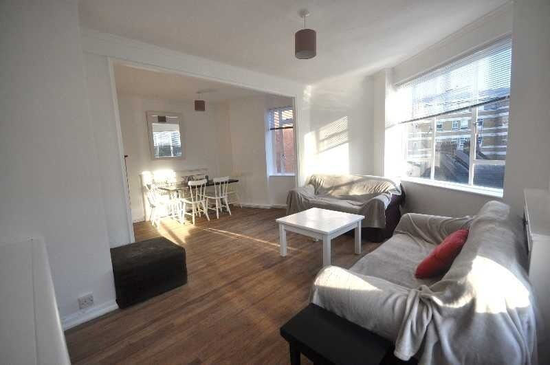 *Nice 2 bedroom flat in a period building seconds from Regents Park fitted kitchen family bathroom*