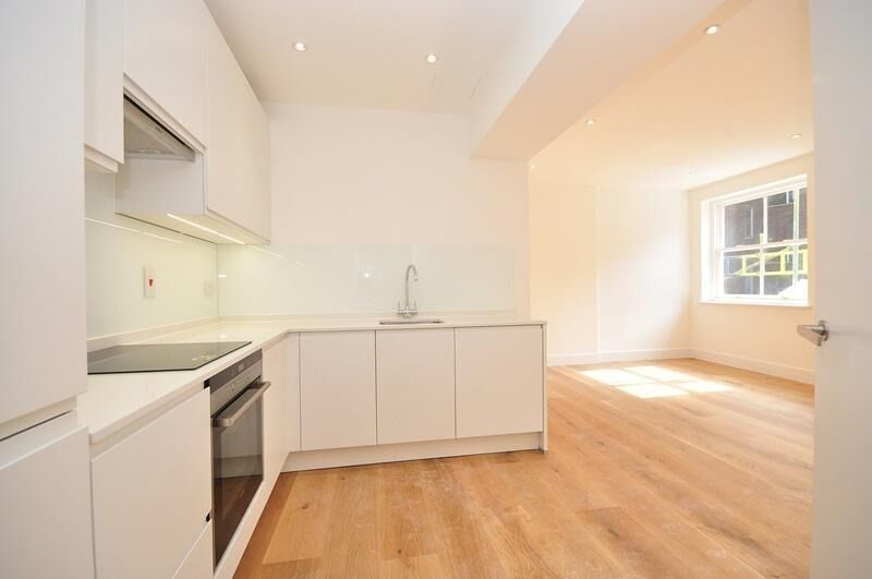 Recently built large modern 1 bed located on Tottenham Court Road