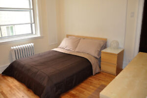 Cute furnished room on Queen Mary between UdeM & Snowdon metro.