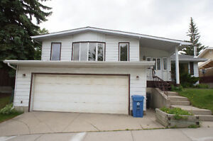 4 bedroom & 2 bath walkout bungalow/double garage /Hunting hills