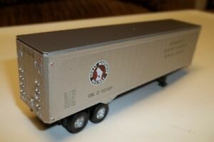 "Athearn 40 Foot ""Great Northern"" Corrugated Tractor Trailer."