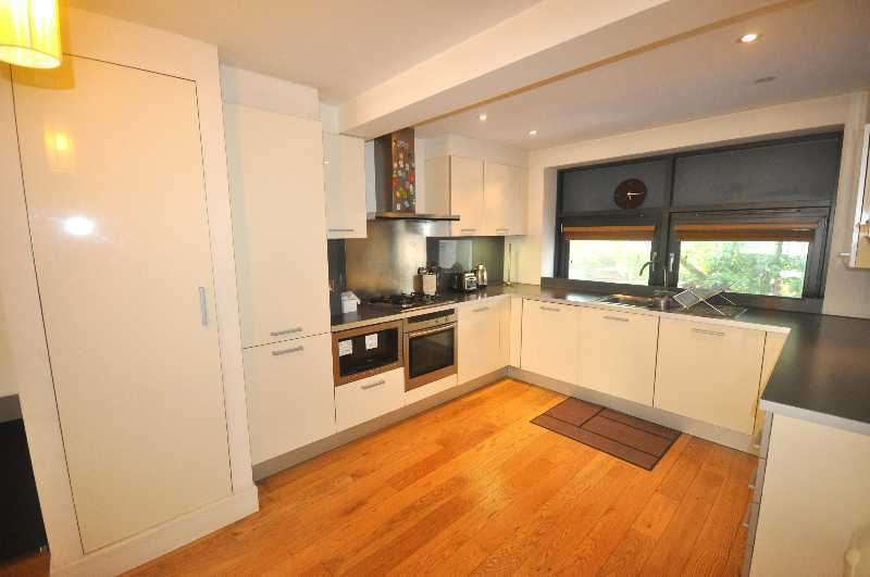 *Stunning/Huge 2 bedroom 2 bathroom flat private development fitted kitchen near UCL available NOW*